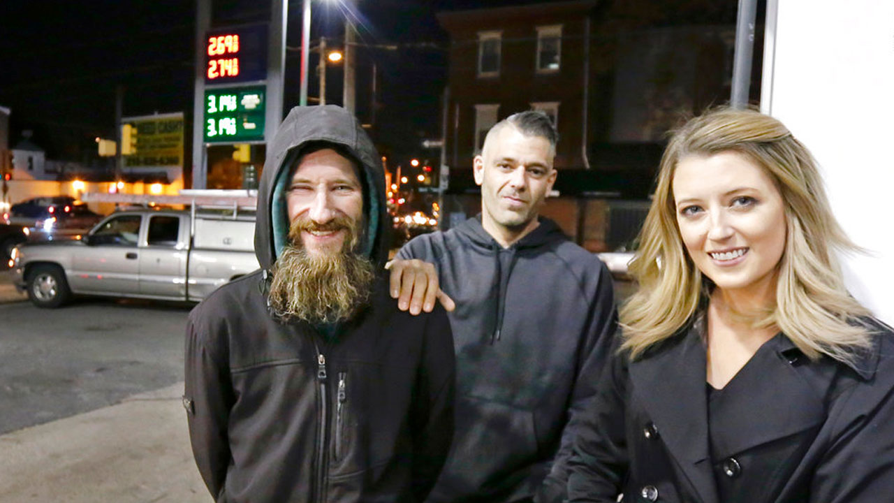 homeless-man-helps-woman_367660