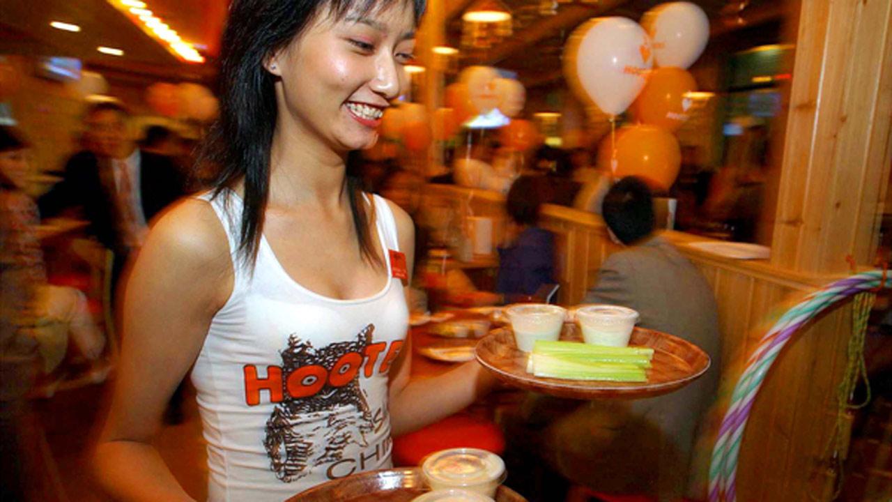 hooters-waitress_247772