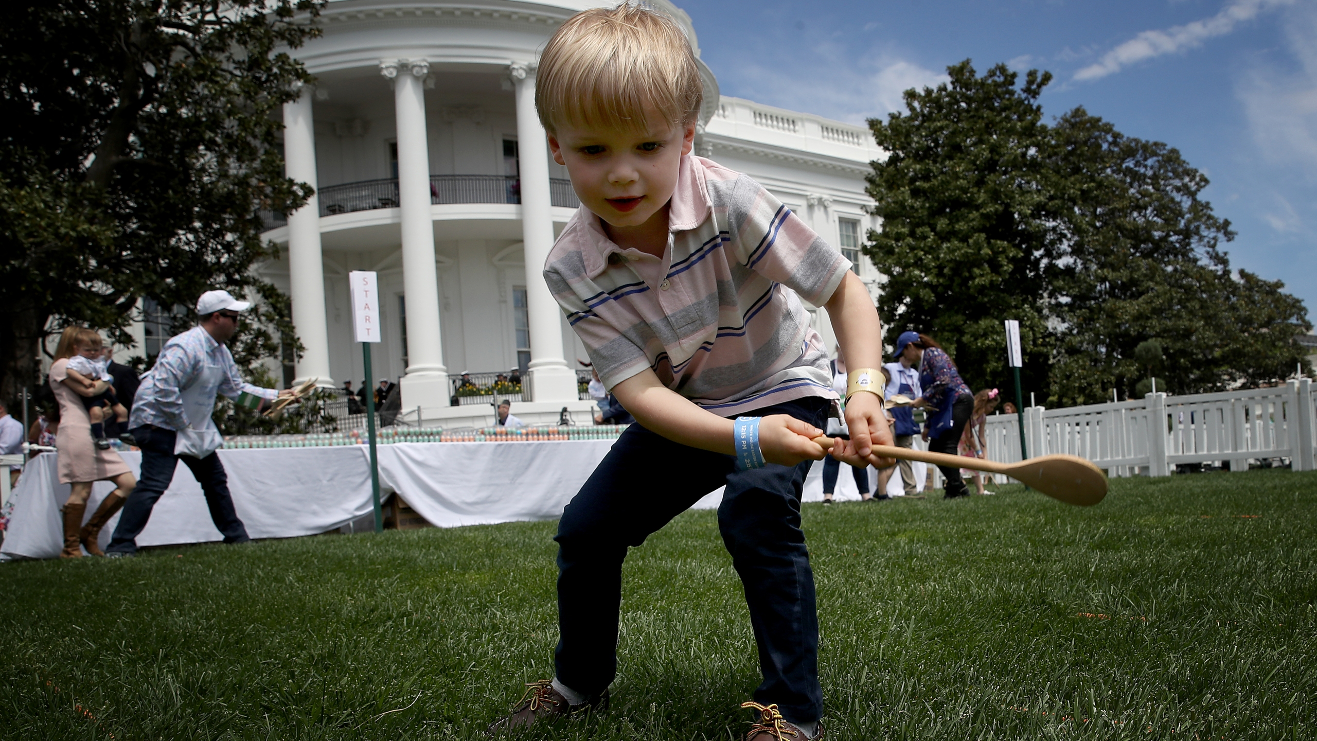 Children participate in races during the 141st Easter Egg Roll at the White House April 22, 2019 in Washington, DC. (Photo by Win McNamee/Getty Images)